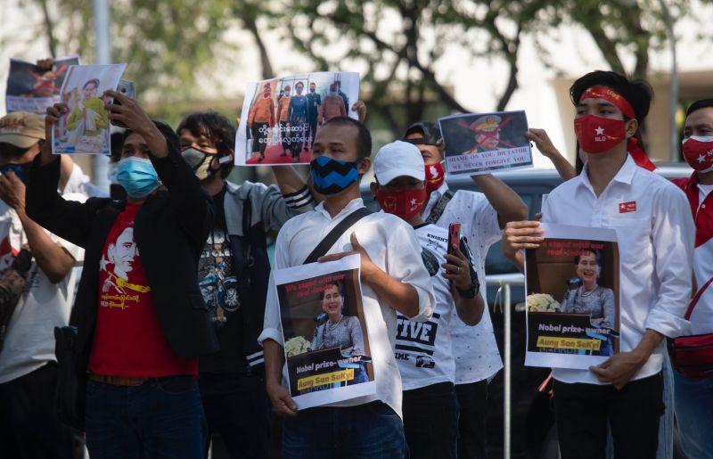 緬甸民間聲援翁山蘇姬 全國醫護比三指、配紅絲帶罷工