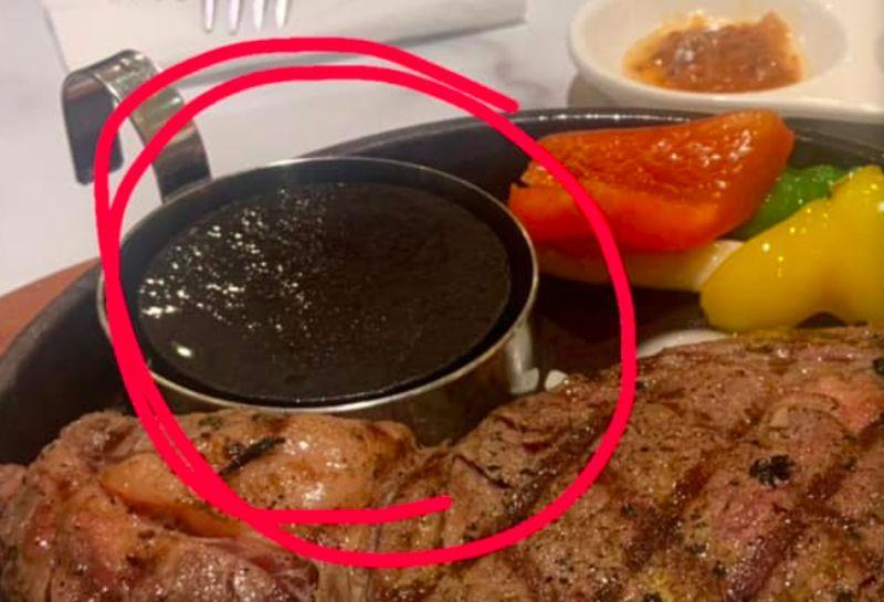 ▲網友分享自己去吃牛排時,發現鐵盤上還有一顆石頭,原來是拿來調整牛排熟度所用。(圖/爆廢公社1館)