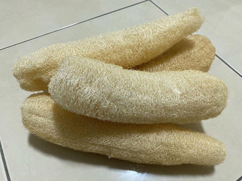▲有一名人夫貼出老婆買的一堆「奇異棒狀物」,更號稱能夠拿來洗刷身體,讓他不禁疑惑「真的能用嗎?」(圖/翻攝《爆怨公社》)