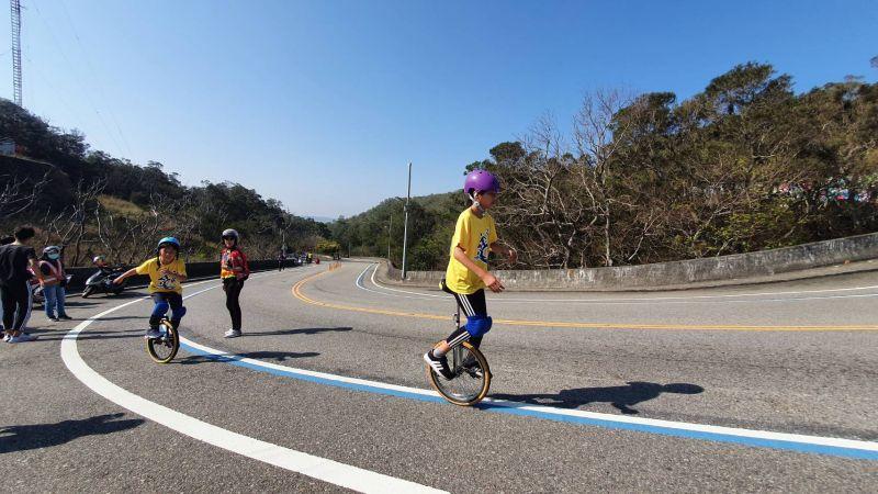 ▲德化國小專屬的鐵人三項競賽,騎獨輪車上鐵砧山(圖/教育局提供2021.2.4)