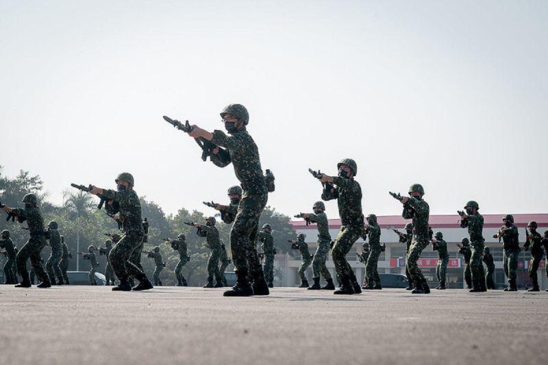 ▲總統首先抵達「陸軍步兵第117旅」,聽取任務簡報,並視導刺槍術、戰傷救護及步槍射擊等戰訓實況演練。。(圖/總統府提供)