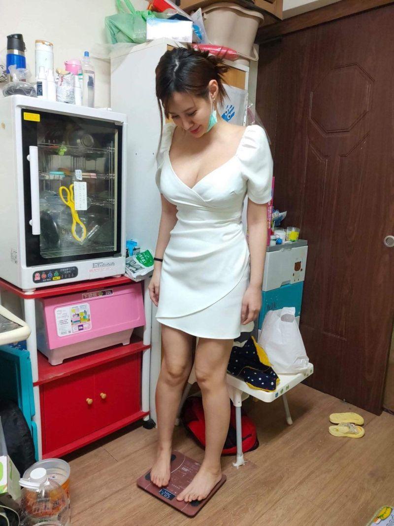 ▲女房客來借體重計,照片讓許多人高呼戀愛了。(圖/翻攝自《爆廢公社二館》臉書)