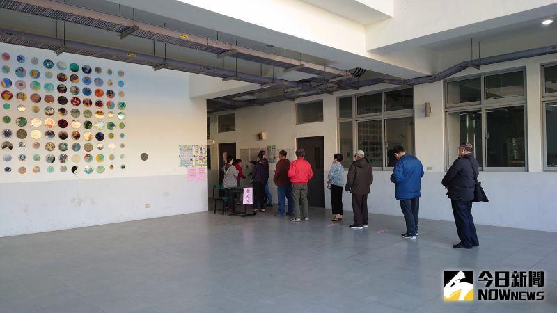 ▲許多民眾八點不到就在排隊等待投票。(圖/記者鄭婷襄攝)