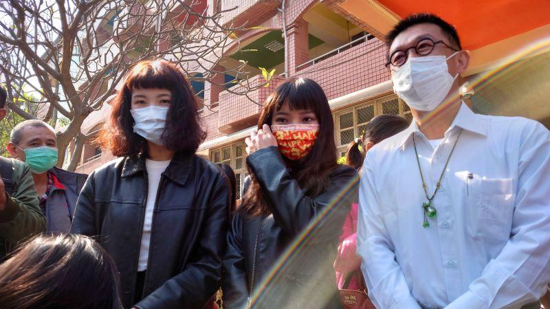 高雄市議員黃捷(中)和妹妹黃蓉(左),陪立法委員許智傑(右)投票。(圖/記者鄭婷襄攝)