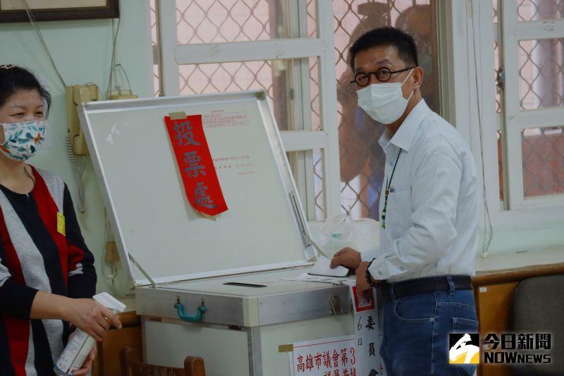 ▲民進黨立法委員許智傑投票。(圖/記者鄭婷襄攝)