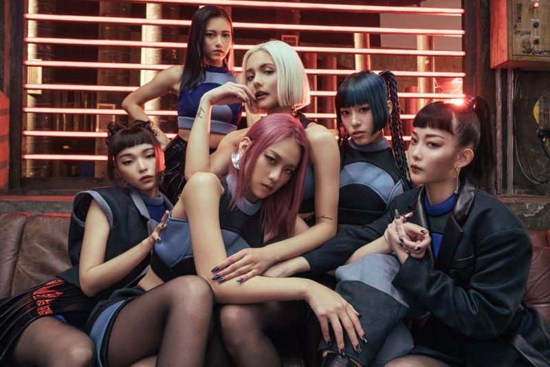 女團HUR由巴倫月(左起)、連穎、裴頡、席子淇、C.Holly、利善榛組成。(圖/AOA ENTERTAINMENT LAB 提供)