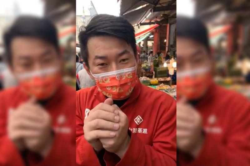 ▲基進黨立委陳柏惟7日一早就到沙鹿市場發放一元新春福袋與口罩。(圖/翻攝自陳柏惟臉書)
