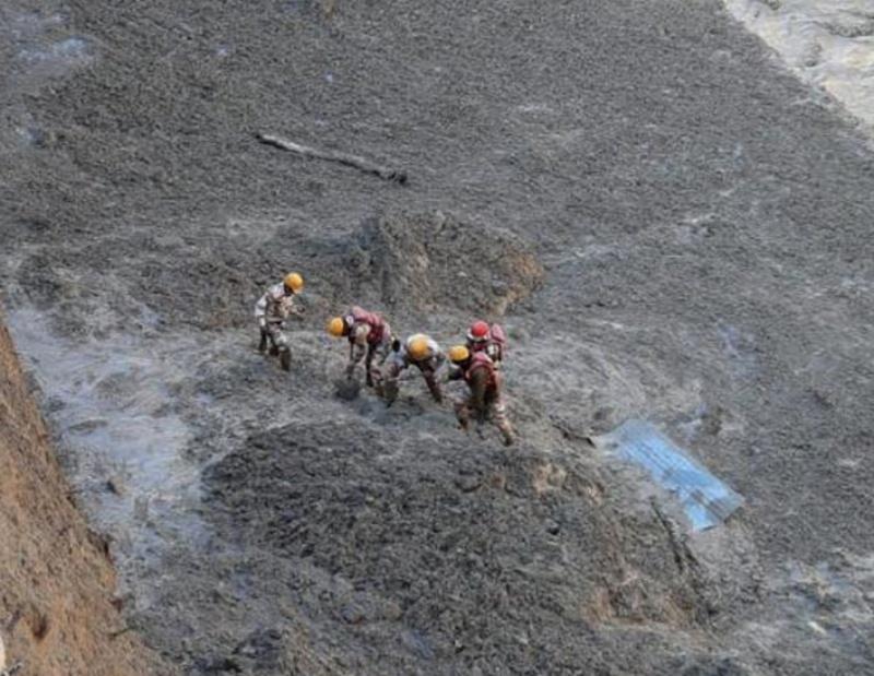 影/畫面曝光!印度冰川崩裂釀暴洪 12人困隧道奇蹟生還