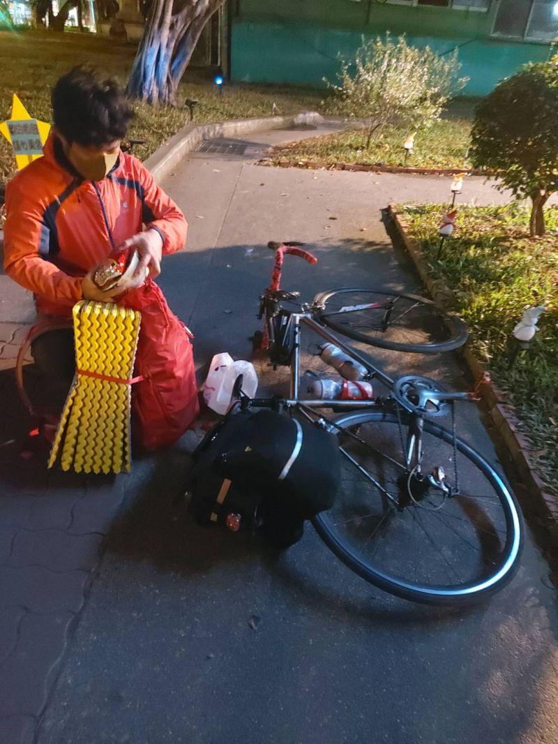高中生單車環島公園過夜 暖警深夜伸援手