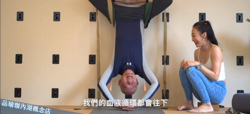 ▲何湯雄現在依舊保持運動的習慣,一個禮拜中會打小白球,也跟著老師做一到兩次的皮拉提斯或瑜珈,甚至連高難度的瑜珈牆也能吊在半空中做。(圖/擷取自Youtube頻道:跟著Tony總裁健康go)
