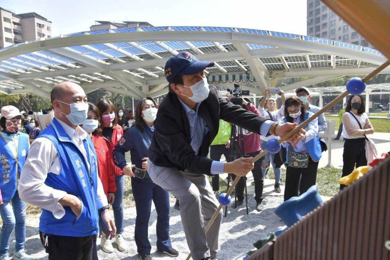 ▲副市長林欽榮表示近年來公園開闢或改造時,同時規劃共融式兒童遊戲場。(圖/高市工務局提供)