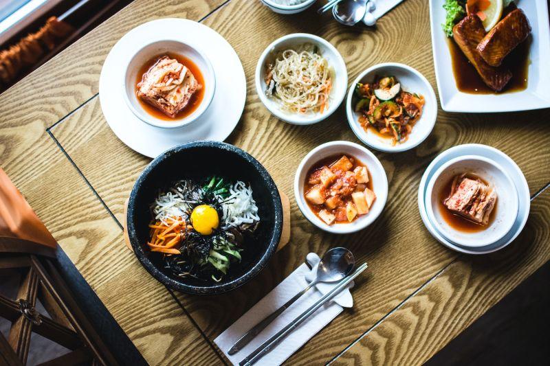 ▲韓國石鍋拌飯一般價格約1萬韓元(台幣約285元),可見李在鎔在獄中的飲食非常簡單。示意圖。(圖/翻攝自Unsplash)