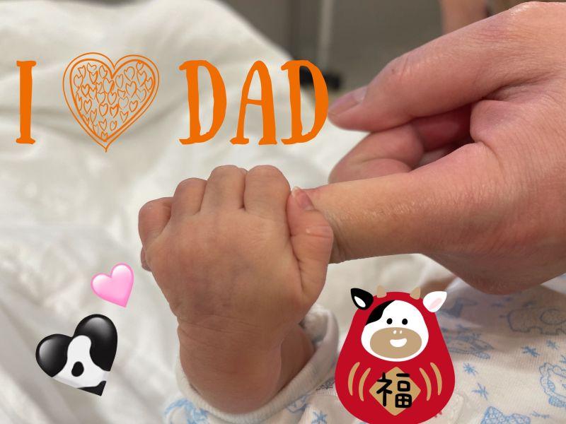 ▲殷琦兒子誕生,小小手握著爸爸大手。(圖/伊林)