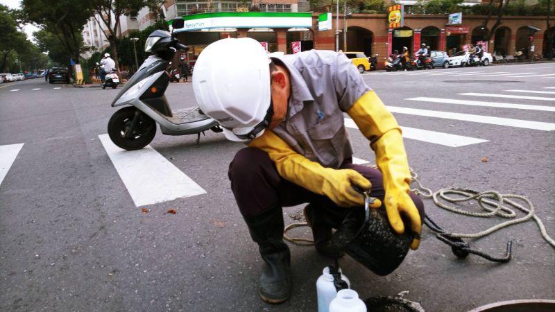 鳳山污水下水道疑似廢油污流入 水利局啟動緊急繞流系統
