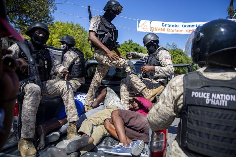 ▲全球關注緬甸軍方政變之際,位於加勒比海的台灣友邦海地(Haiti)近日一樣深陷風暴。當地反對派與總統莫伊茲圍繞著執政權的爭端,進一步激化街頭的火爆衝突。圖為被警察拘捕的示威者。(圖/美聯社/達志影像)