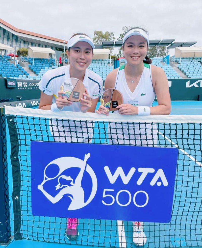 ▲詹家姊妹先前拿下澳網熱身賽WTA500等級的吉普斯蘭錦標賽亞軍。(圖/取自詹詠然臉書)