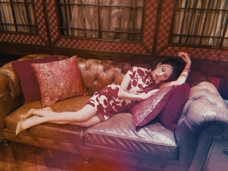 ▲沈月穿緊身旗袍橫臥在沙發上。(圖/沈月IG)