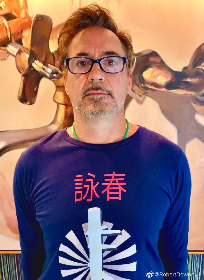 ▲小勞勃道尼穿著印有「詠春」2字和木人樁圖案的T恤拜年。(圖/小勞勃道尼微博)