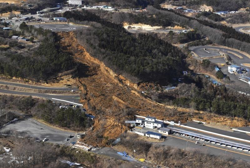 ▲日本福島外海13日晚間發生芮氏規模7.3的強震,部分路段出現土石坍塌。專家認為,這起地震應為10年前311大地震的餘震。(圖/美聯社/達志影像)