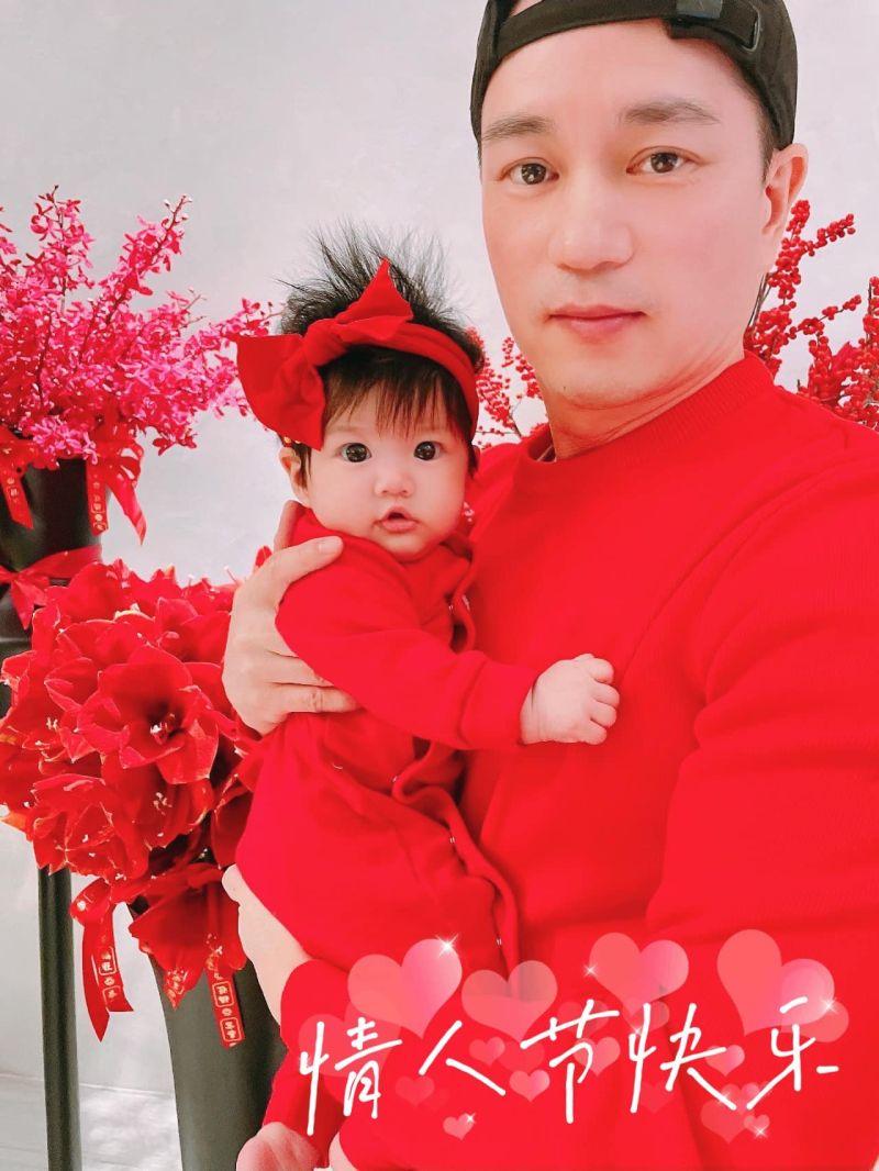 ▲安以軒公開陳榮煉(上圖右)抱著女兒娃寶(上圖左)的照片。(圖/翻攝安以軒臉書)