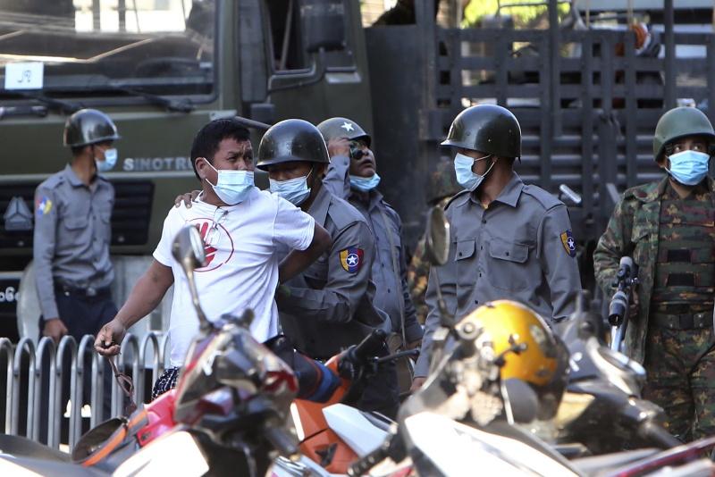 ▲緬甸政變導致當地局勢不穩,繼14日派出裝甲車進駐多個大城市後,緬甸軍方又在網站發表聲明警告,妨礙武裝部隊值勤者,最高可被判囚20年。圖為15日在示威行動中遭逮捕的民眾。(圖/美聯社/達志影像)