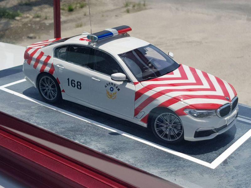 ▲郭勁南說國道警車模型車製作過程較繁複,除了要改裝模型車,還要塗上國道警車的紅條紋,比較費工夫。(圖/仁武分局提供)