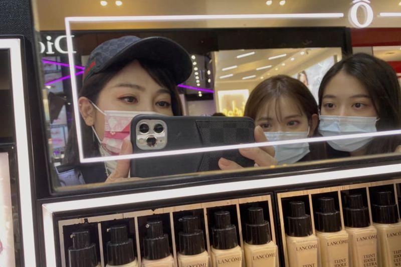▲王彩樺(左1)曝光17歲愛女正臉照,超強顏值電暈路人。(圖/王彩樺臉書)