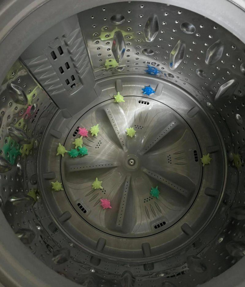 ▲原PO當初看到網路上一款主打可以防止衣物纏繞的「神奇洗衣球」,於是便心動訂購了一組。(圖/翻攝自《爆怨公社》)