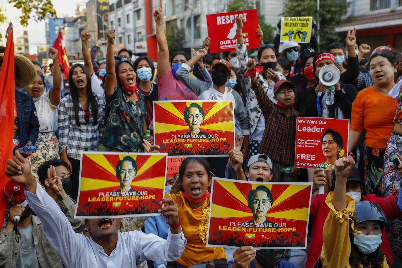 影/緬甸衝突升級!軍警入夜朝抗議者開槍、近500人被捕