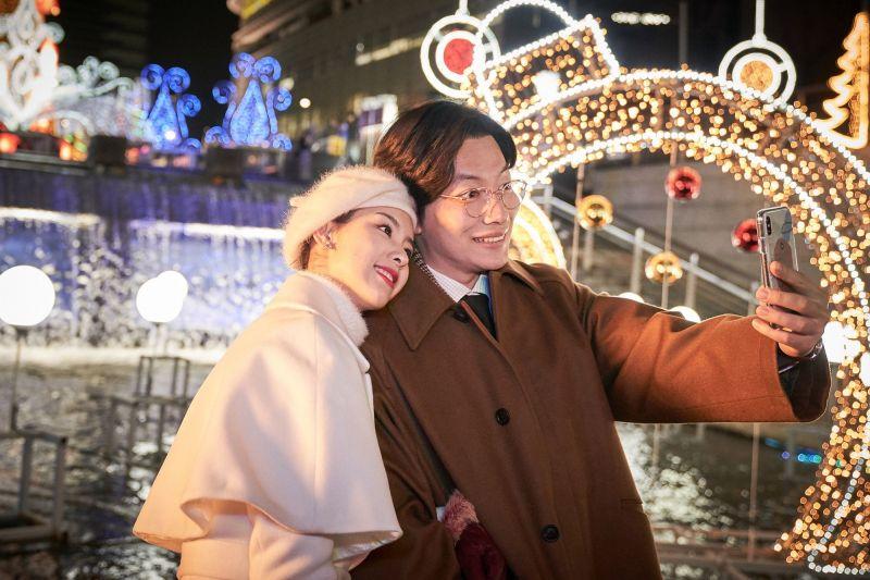 ▲▼李東輝(上下圖右)片中與大陸女星陳都靈飾演一對情侶。(圖/華映娛樂)