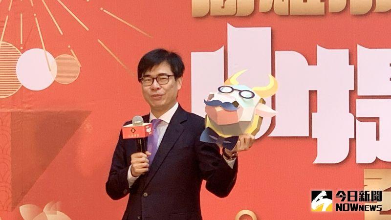 ▲ 高雄市長陳其邁秀牛年小提燈「牛揹揹」。(圖/記者陳美嘉攝,2021.02.17)