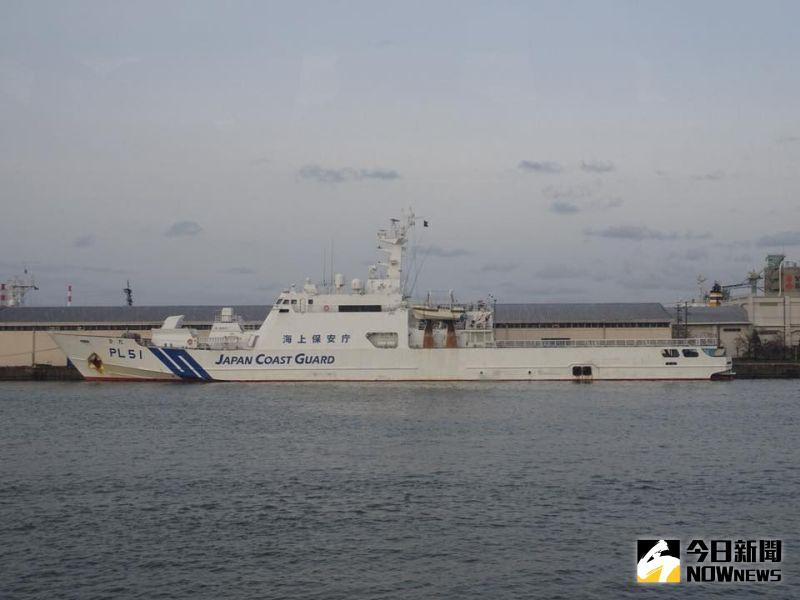 ▲日本海上保安廳在艦首漆上藍色斜槓,以供識別。(圖/記者呂炯昌攝)