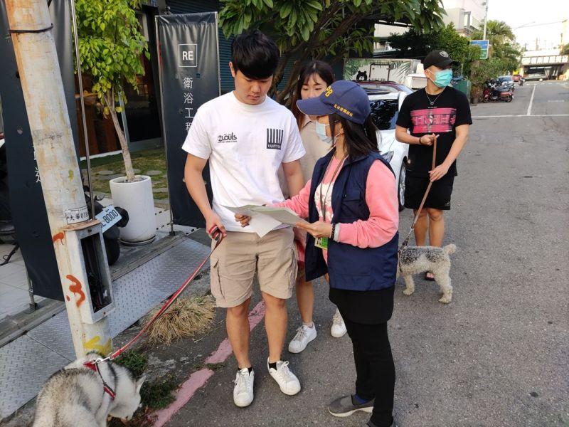▲環保局呼籲飼主遛狗不留便,妥善清除犬隻於道路或公共場所之排泄物。(圖/高市環保局提供)
