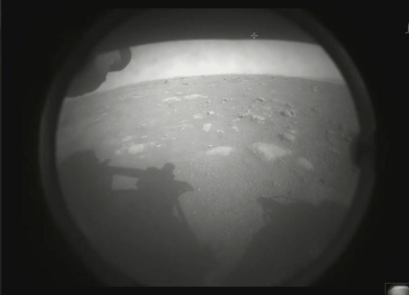 ▲▼美國太空總署(NASA)的火星探測器「毅力號」,已於台灣時間19日凌晨順利降落火星,並第一時間傳回照片。(圖/美聯社/達志影像)