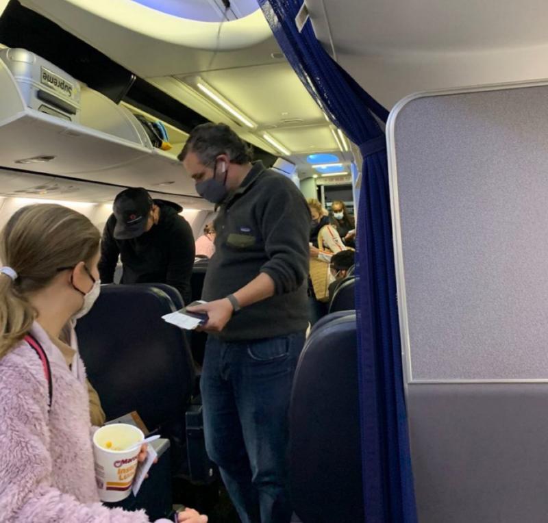 ▲克魯茲近期搭機前往墨西哥度假,民眾捕捉到他在機場以及機艙內的照片並在推特上瘋傳。(圖/翻攝自推特)
