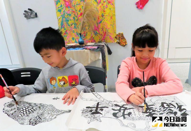 ▲汐止分館特別推出免費的「書中有畫」創意禪繞畫書法課,透過結合書法與纏繞畫的創意活動,幫助孩子「收心」,做好開學的準備。(圖/記者陳志仁攝,2021.02.19)