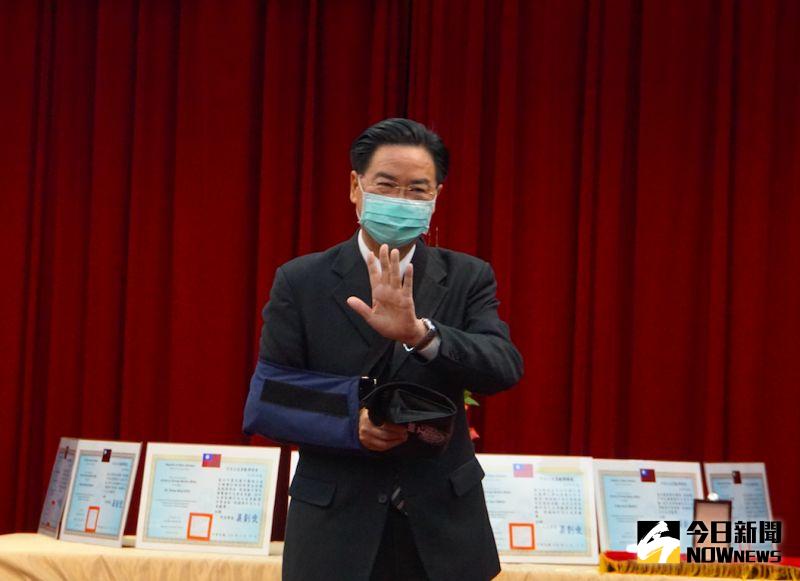 ▲外交部長吳釗燮驚傳手受傷,他說明原因是長年運動造成肌腱與關節傷害,經過手術之後復原情況良好。(圖/記者呂炯昌攝,2021.02.19)