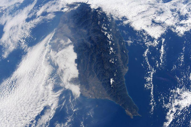▲日籍太空人野口聰一從國際太空站拍下約半個台灣的空拍照,這也是他在推特上點名的台南第二次入鏡。(圖/翻攝自野口聰一推特)