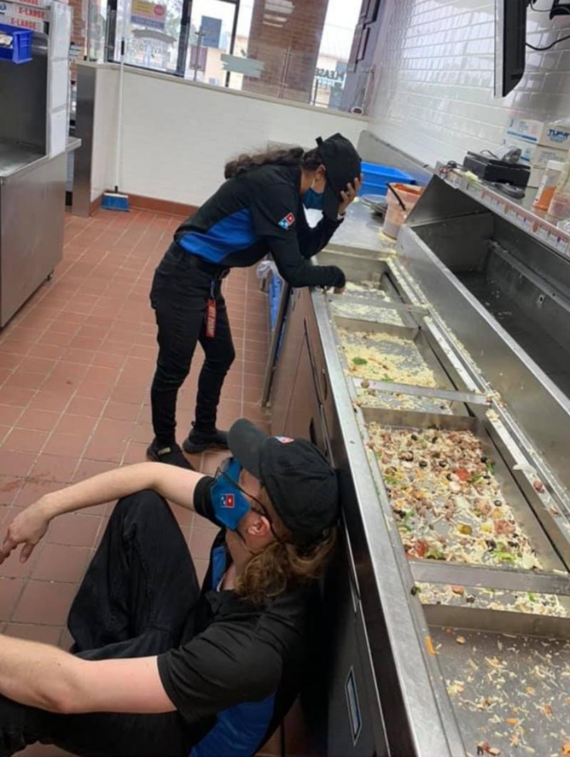 ▲德州近日遭遇百年來最嚴重暴風雪,許多人家無電可用,這時聖安東尼奧(San Antonio)所有披薩店都暫時歇業,只有一家達美樂(Dominos)披薩店仍正常營業,員工幾乎累癱。(圖/翻攝自今日美國)