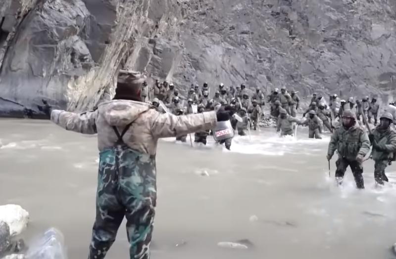 影/衝突影片曝!印軍持棍渡河進逼 解放軍團長被打破頭