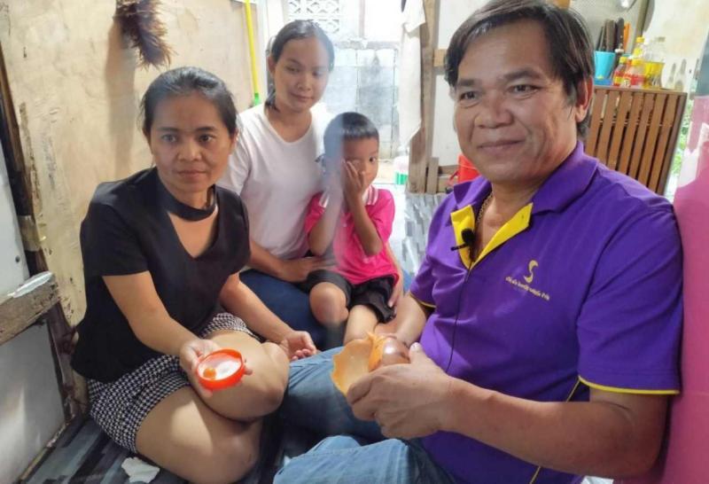 ▲泰國一位男子下班回家路上買海螺給老婆吃,結果竟咬出價值百萬的珍珠。(圖/翻攝自《World Today News》)