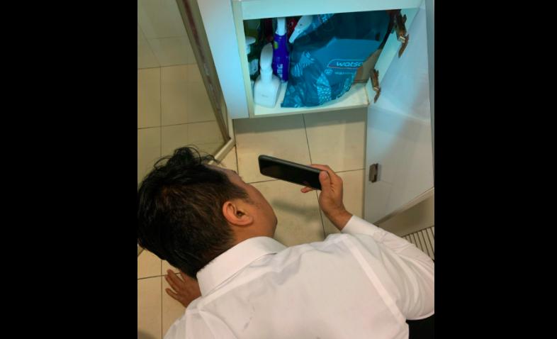 ▲安新建經提醒看屋時需特別留意廁所洗手台下方有無積水痕跡 。(圖/NOWnews提供)