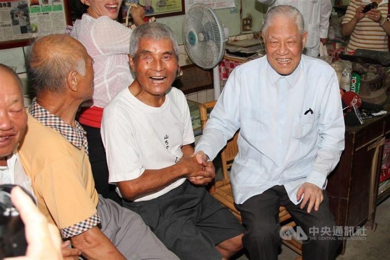 ▲前總統李登輝(右1)2012年5月曾赴台南市後壁菁寮社區拜訪紀錄片無米樂的男主角黃崑濱(右2)等人。(中央社檔案照片)