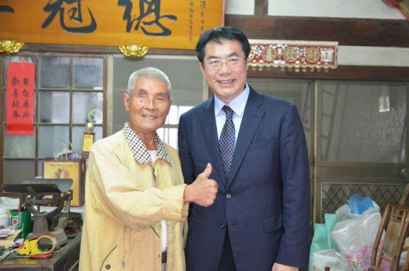 ▲台南市長黃偉哲貼出與崑濱伯的合照,希望「崑濱伯安息、無米樂延續」。(圖/翻攝自黃偉哲臉書)
