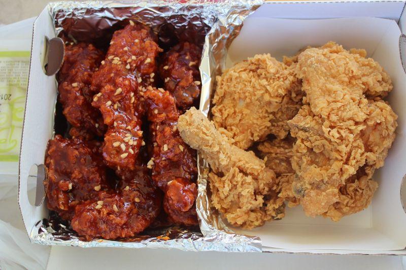 ▲一名女網友不解,為何每次韓式炸雞店外面都大排長龍,她認為韓式炸雞只是「炸雞沾醬」,貼文一出,引起熱議。(示意圖/取自 pixabay )