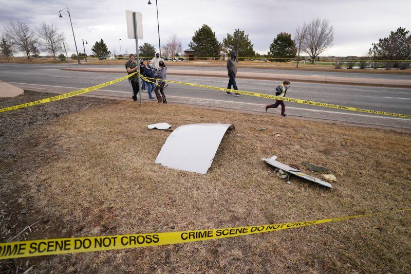 ▲美國當地時間20日,聯合航空一架載有241人的波音777客機驚傳起飛後爆炸,零件沿路散落砸中民宅、汽車。(圖/美聯社/達志影像)