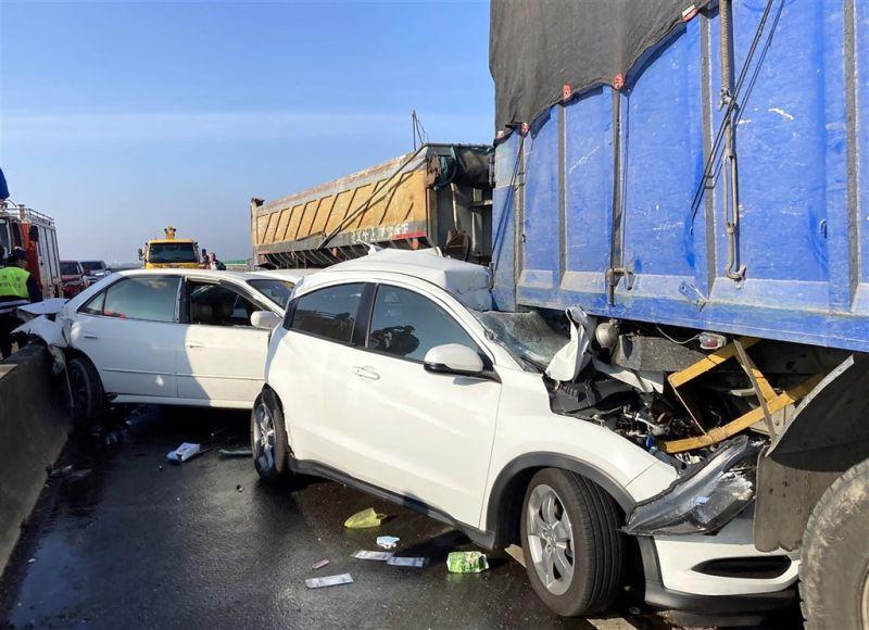 西濱20車追撞2死8傷 死者丈夫下車逃過一劫