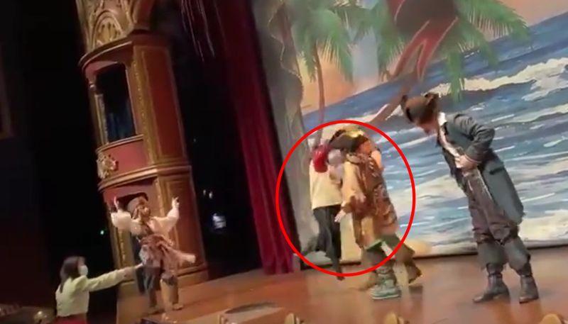 ▲上海迪士尼發生一名女子突然衝到舞台前攻擊演員的意外,更在眾目睽睽下怒批「你不配當中國人」。(圖/翻攝自推特@realEmperorPooh)