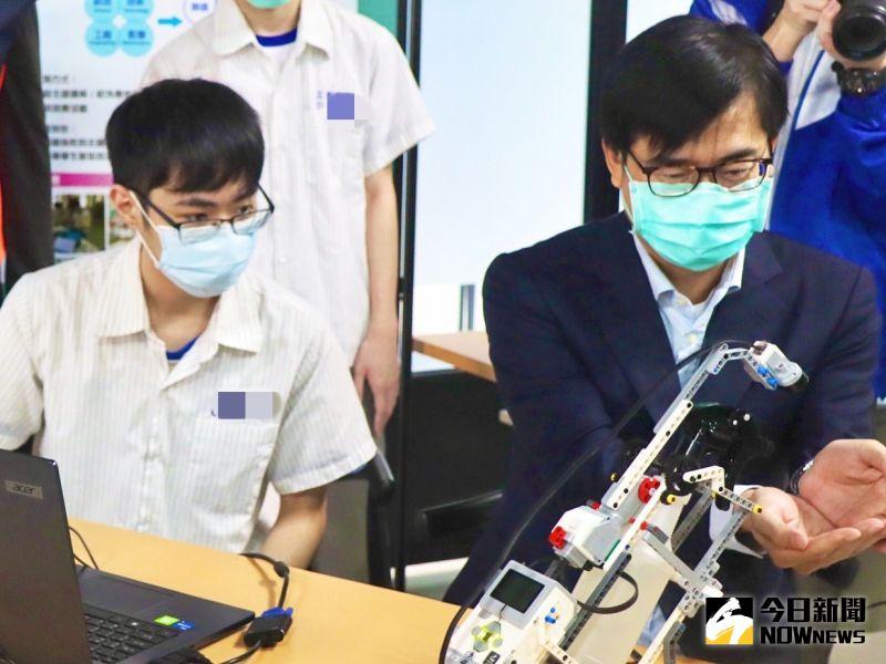 開學了!陳其邁宣導防疫組裝酒精機器人 警護學童迎開學