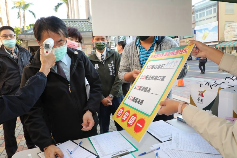 ▲台南市長黃偉哲進入校園也要量體溫,並實名制登記。(圖/台南市政府提供)